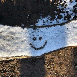 The bright side of live  Zondag was ik op stap met mijn wandelmaatje @kast24.be toen ze me attent maakte op die ene tekening in de sneeuw. Daar word ik spontaan gelukkig van. Kleine, onverwachte en bijzondere verrassingen op mijn pad 🙏  . . . #sundaywalk  #frisseneushalen  #smileeveryday  #positivemindset  #stressrelief  #burnoutprevention  #feelgood  #powerofpositivity  #snow #smilingface  #kleingelukske  #sunnywinterday