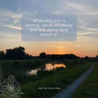 Sunset  Heb jij al plannen voor deze avond? Nee? Goed zo! Dan heb je een goede reden om te genieten van weer een prachtige zonsondergang.  Genieten van al deze pracht, dat voedt je hart en geest met een fijne vibe. Van op een terras, in de tuin, of waarom niet, al wandelend in de natuur.  Maak dit moment extra waardevol met deze kleine oefening:  1) geef je ogen de kost 2) voel in je lichaam hoeveel deugd het doet om naar deze natuurlijke pracht te kunnen zien 3) spreek deze waardering uit, in gedachten of luidop 4) Geniet nog lekker na, tot de zon achter de horizon wegzakt 🌅  Enjoy!